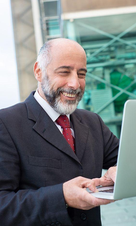 lachende volwassen man met laptop straat