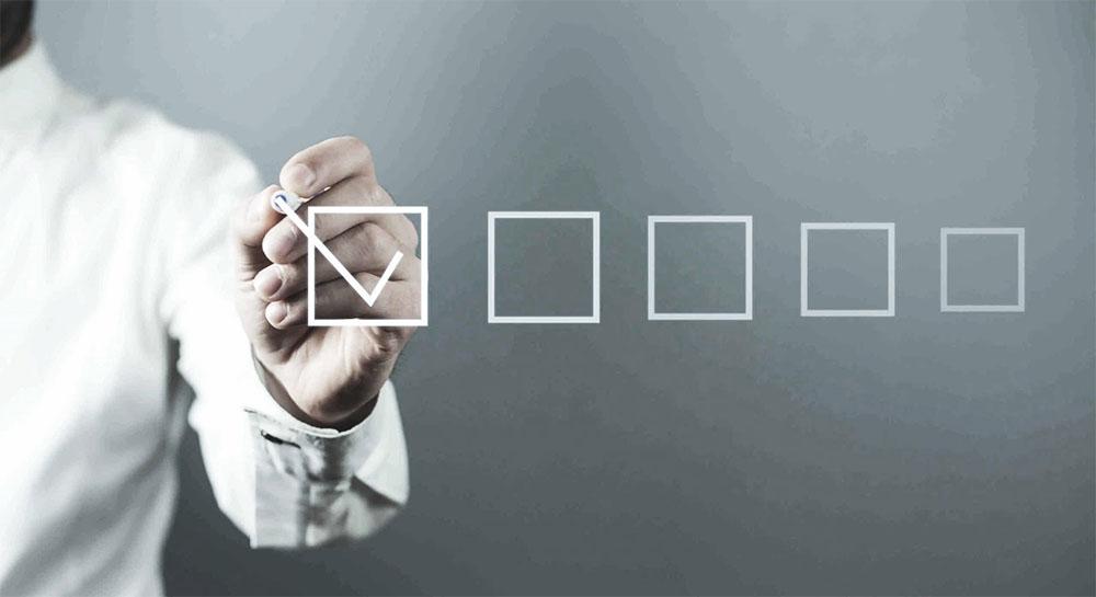 Een persoon markeert een item op de checklist
