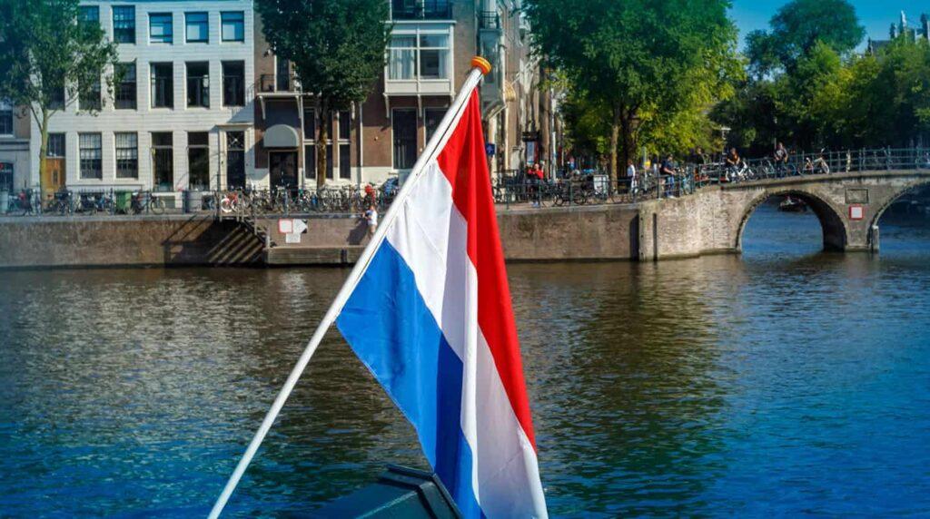 De Nederlandse vlag aan de gracht in Amsterdam